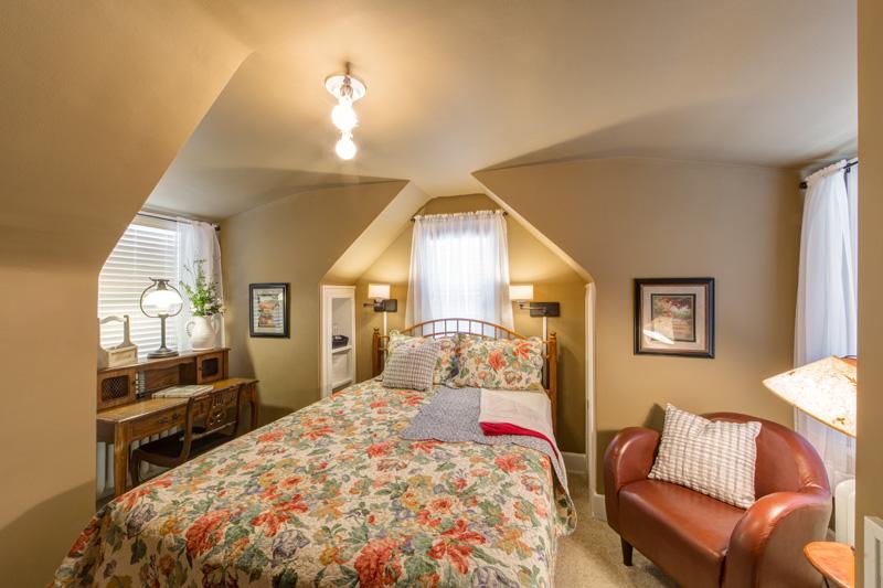 Knob Hill Bed and Breakfast Secret Garden room
